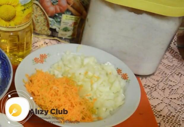 Измельчаем лук и морковь.