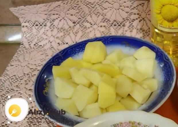Картофель режем кубиком.