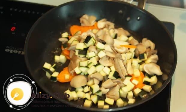 Для приготовления супа с тефтелями обжарьте овощи.