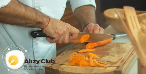 Для приготовления супа с тефтелями нарежьте морковь.