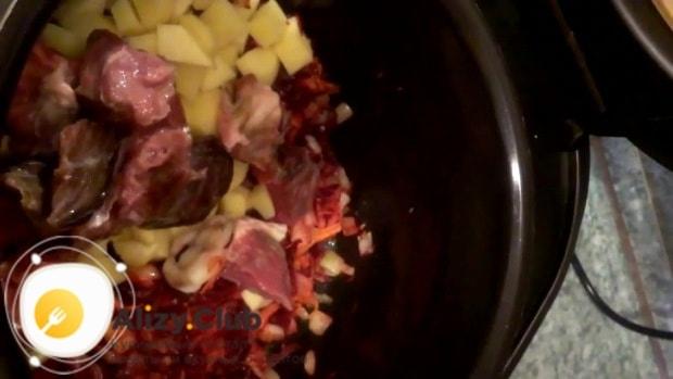 Небольшими кусочками нарежем 300 г мяса