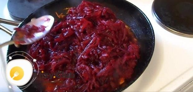Добавим две столовых ложки томатной пасты