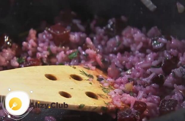 Добавляем к рису измельченный базилик.