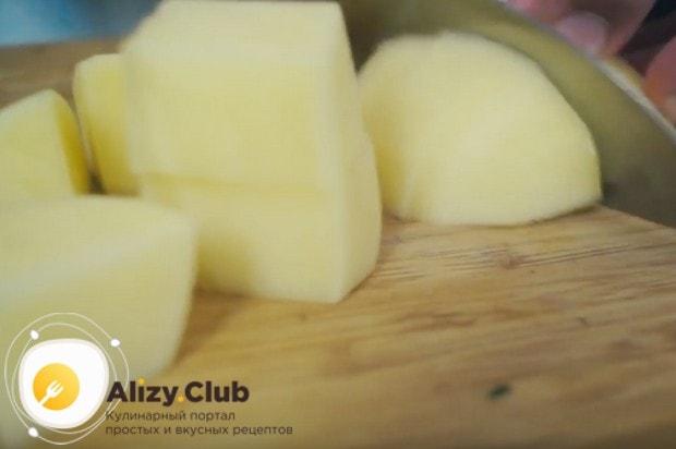 Довольно крупными кусочками режем картофель.