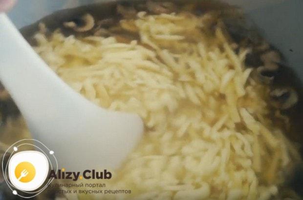 Прямо в чашу мультиварки трем на терке в наш суп плавленные сырки.