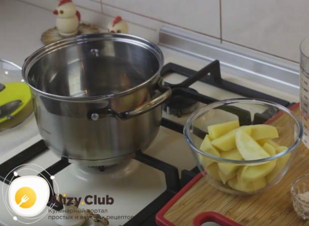 Для приготовления сырного крем-супа с креветками из овощей нам понадобится всего лишь картофель.