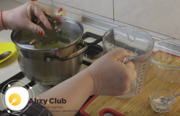 Нарезанный крупными кусками картофель кладем в кастрюлю, заливаем водой и варим до готовности.