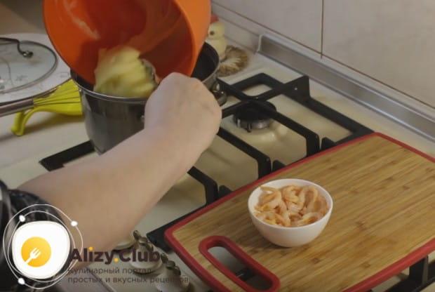 Пюрированный картофель возвращаем назад в кастрюлю с отваром.