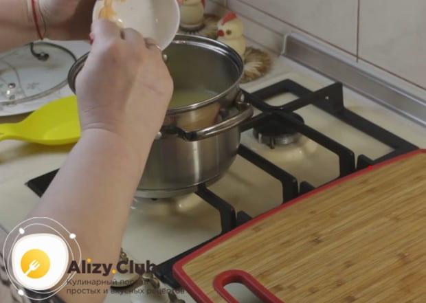 Перемешав картофельное пюре с отваром до однородности, выкладываем в кастрюлю креветки.