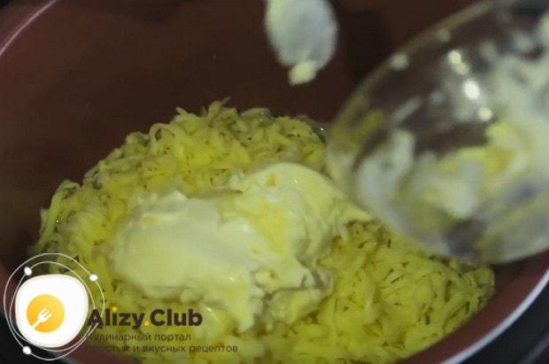 К луку в чашу мультиварки добавляем картофель, натертый сыр, а также плавленный сыр.