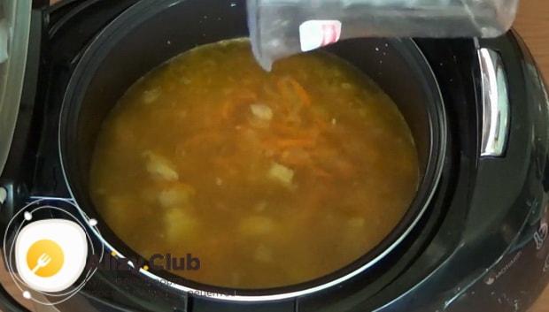 Для приготовления простого супа из свинины в мультиварке, добавьте воду.