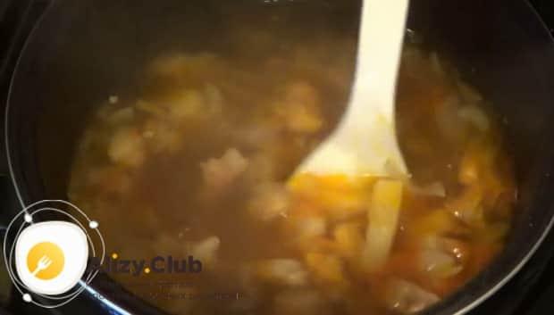 Вкусный суп из свинины приготовленный в мкльтиварке готов.