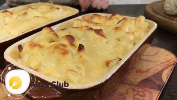 Нагрейте духовку до 180° и поставьте в нее запеканку на 15 минут