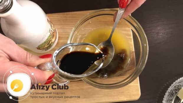 Приготовьте соус для приготовления салата из куриной печени с грибами