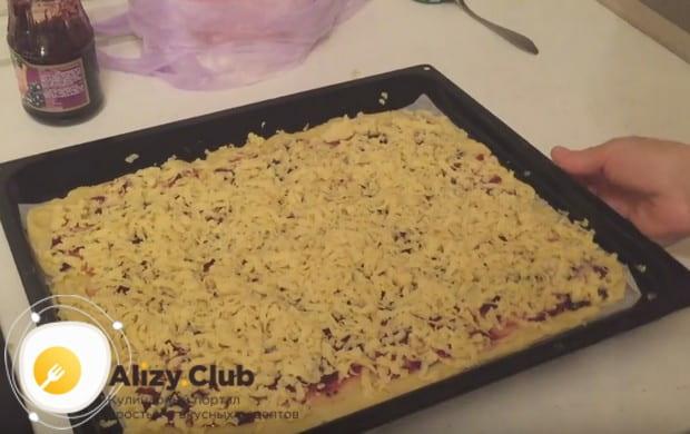 Вот мы и приготовили тертый пирог с вареньем на скорую руку, осталось только отправить его в духовку.