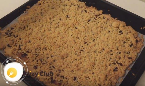 Теперь вы знаете, как просто испечь вкусный тертый пирог с вареньем.