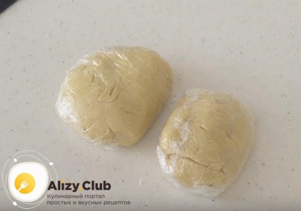 Поскольку мы готовим тертый пирог из песочного теста с вареньем, тесто надо обязательно отправить в холодильник.