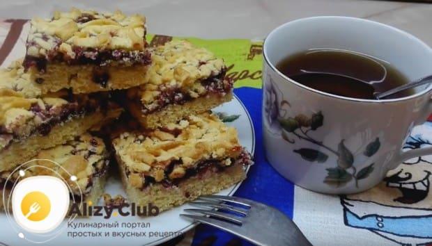 Подавать такой десерт можно с чаем, кофе, соком или любым другим напитком.