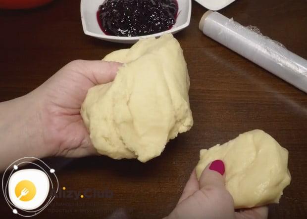 Разделяем тесто на большую и меньшую части.
