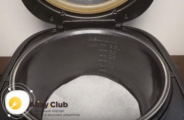 Чтобы приготовить тертый пирог с вареньем в мультиварке, дно чаши устройства обязательно застилаем пергаментом.