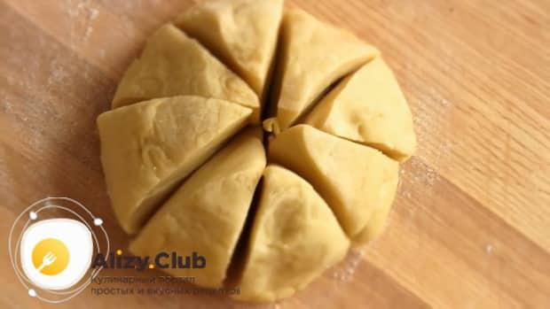 Разрежьте тесто для лазаньи на кусочки.