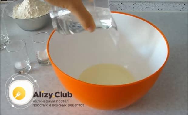 Для приготовления дрожжевого теста для пирожков без яиц смешайте ингредиенты.