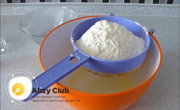 Для приготовления дрожжевого теста для пирожков без яиц добавьте муку.