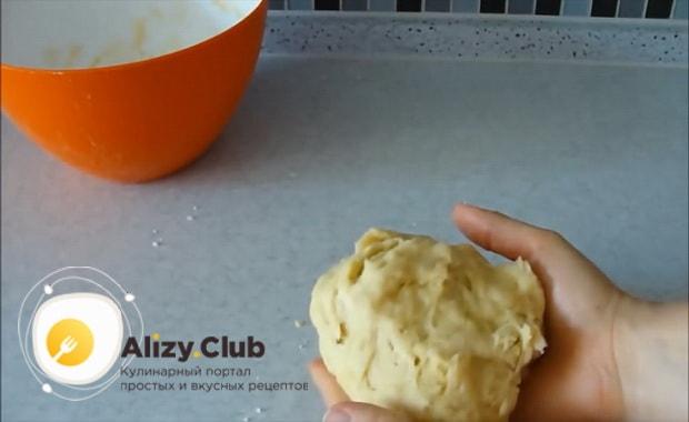 Для приготовления дрожжевого теста для пирожков без яиц соедините все необходимые ингредиенты.