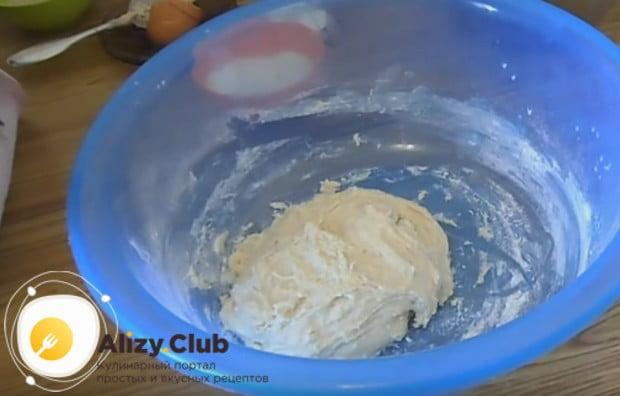 Теперь тесто можно накрыть пленкой и поставить в теплое место, чтобы оно могло подняться.