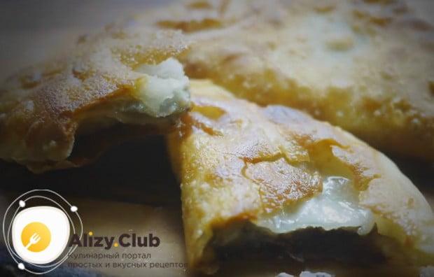 Попробуйте приготовить такое вкусное хрустящее тесто для чебуреков с водкой.
