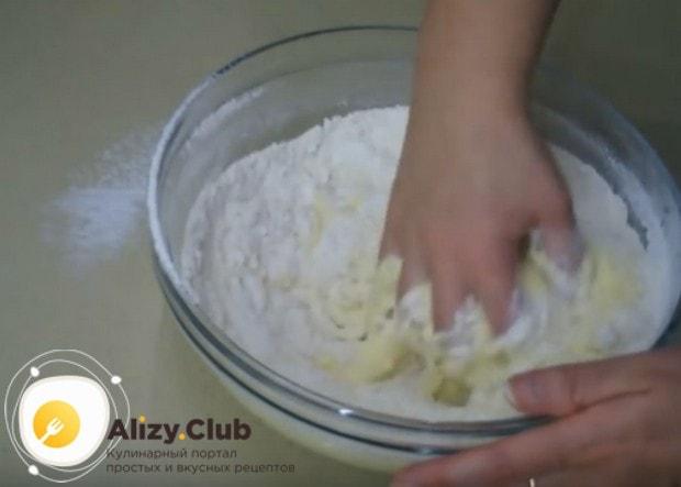 Аккуратно начинаем вымешивать тесто руками.