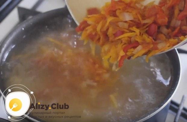 Когда картошка будет почти готова, добавляем в кастрюлю зажарку.