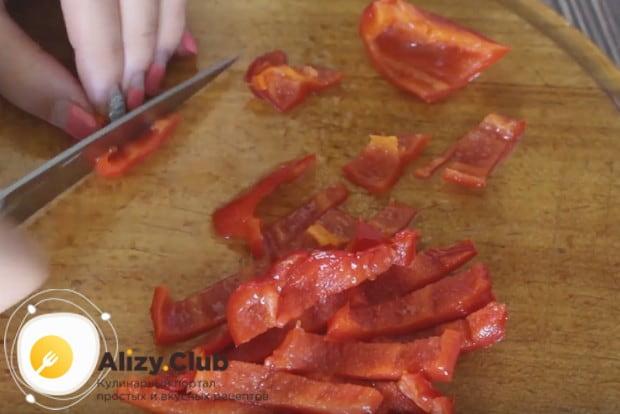 Чтобы наш суп из томатов был более ароматным, добавим в него измельченный болгарский перец.