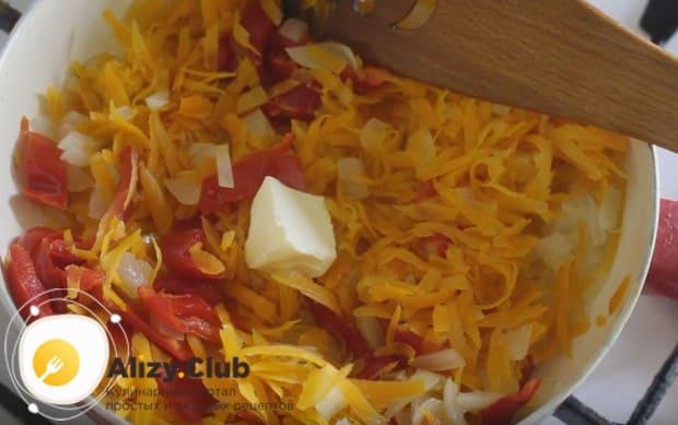 Для вкуса добавляем кусочек сливочного масла и жарим овощи до мягкости перца.