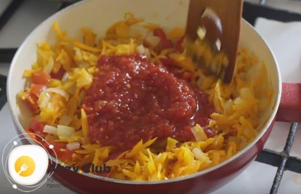 Выкладываем на сковороду консервированные в собственном соку помидоры, перемешиваем.
