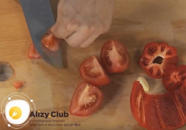 У помидор оставляем только мясистую часть, а кожуру и семена убираем.