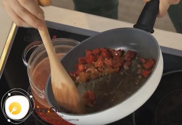 Перекладываем в суп зажарку из овощей.