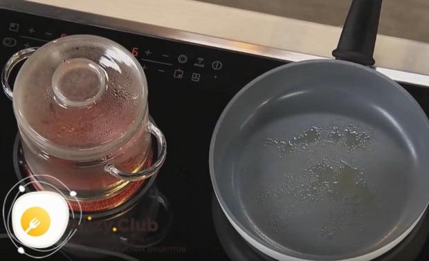 Ставим на плиту кастрюлю с водой для супа и сковороду.