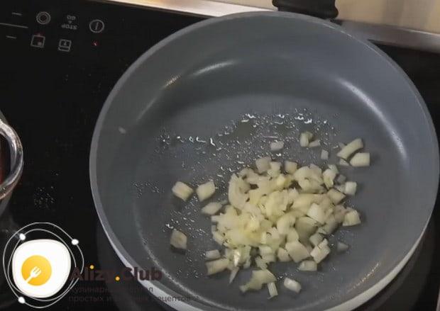 На сковороде сначала обжариваем лук.