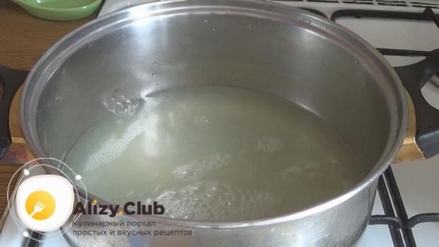 Разогреваем сыворотку для приготовления тонких блинов с дырочками.