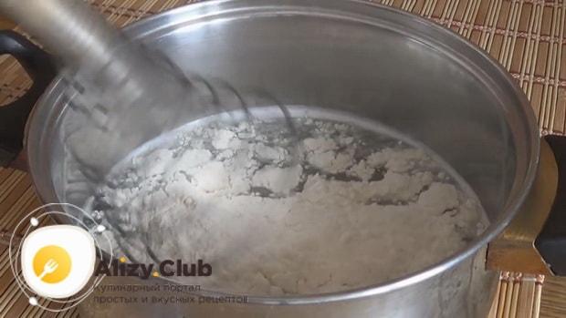 Добавляем муку для приготовления тонких блинов с дырочками по рецепту на сыворотке.