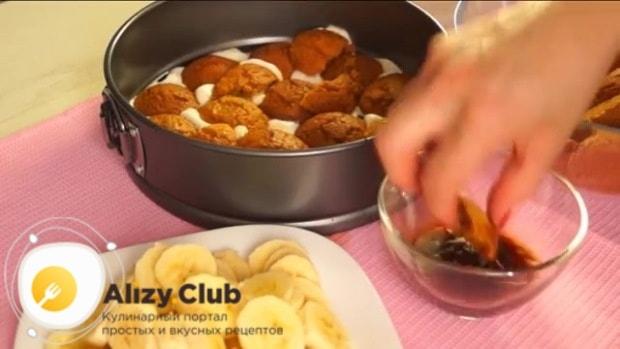 Овсяное печенье обмакиваем в холодный кофе и выкладываем импровизированный корж