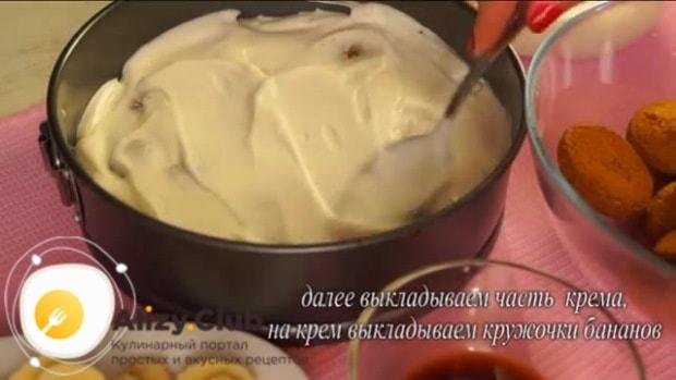 Покрываем печенье слоем крема