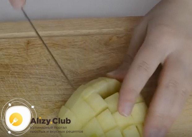 Маленькими кусочками режем яблоко.