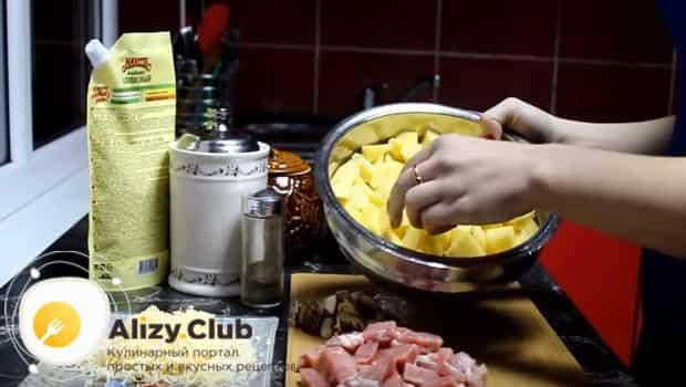 Нарезаем картофель кубиками