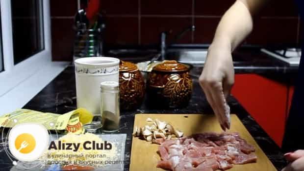 Нарезаем мясо и грибы