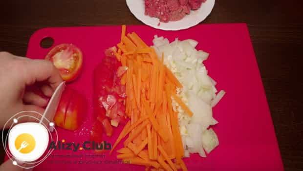 Нарезаем морковь и помидоры