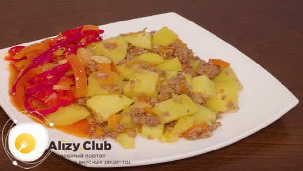 Готовую тушеную картошку с мясом, приотовленную в мультиварке подаем к столу