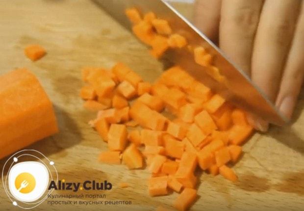 Пока основной компонент гарнира варится, кубиком нарезаем морковку.