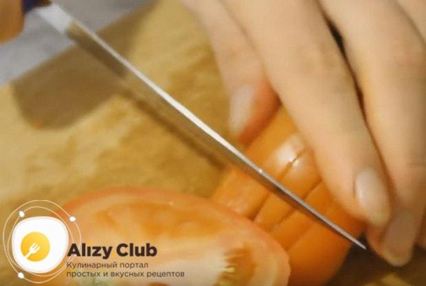 Мелким кубиком реем также помидор.